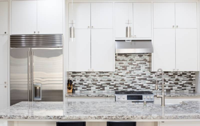 view of a kitchen with a backsplash